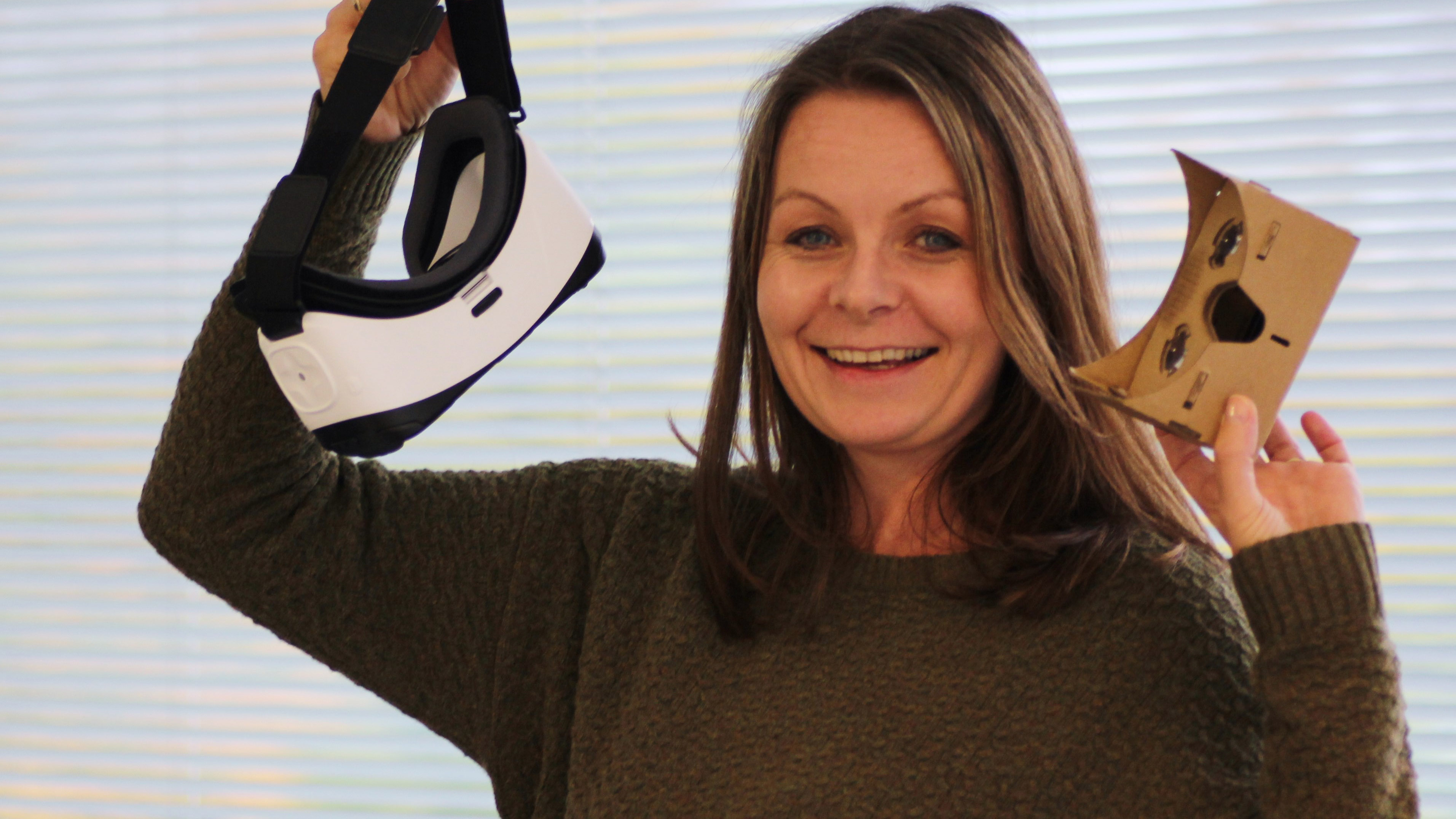 Ingveig Aronsen holder to typer av VR-briller
